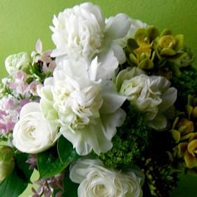 白のシャクヤク、ランを使ったお悔やみの花