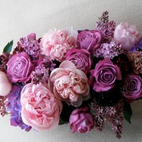 ピンクのシャクヤク、ライラック、パープルのバラ、ラン、カーネションを使った母の日アレンジ