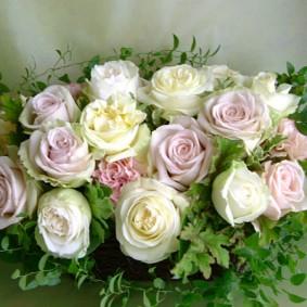 ホワイト、淡いピンクパープル、淡いイエローのバラを使った出産祝いのアレンジ