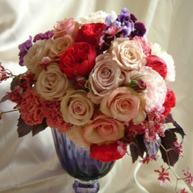 ベージュ~レッドのシックなバラを使ったお祝いの花