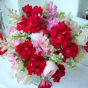 ピンク~赤いアンダルシアというバラを使った春色の花束