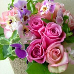 可愛らしいピンクの花とパンジーを使った出産祝いのアレンジ