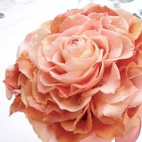 バラの花びらを一枚一枚組み合わせて作ったメリアブーケ
