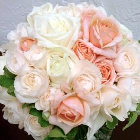 ホワイト~アイボリー、ピンクベージュの優しい色合わせのクラッチブーケ