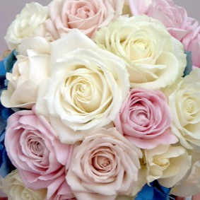 ホワイト、ベージュ、ピンクのバラとブルーのアジサイのラウンドブーケ