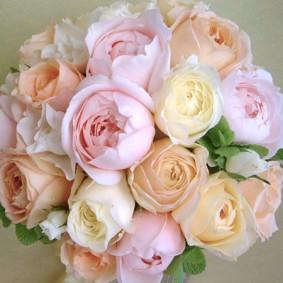 パステルカラーのコロンとしたバラを使った優しい雰囲気のラウンドブーケ