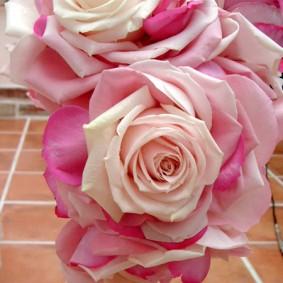 バラの花びらを一枚一枚組み合わせて作ったメリアのキャスケードブーケ