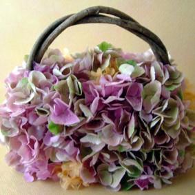 パープルのアジサイの花で作ったバックブーケ