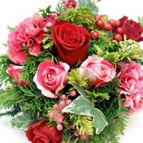 クリスマスをイメージした実ものと赤バラのクラッチブーケ