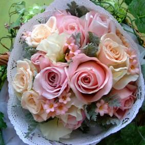 淡いベージュ~ピンクのバラを使ったブーケトス用の花束