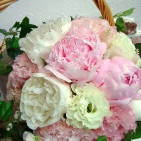 ホワイトとピンクの大輪の花 シャクヤクを使った花束