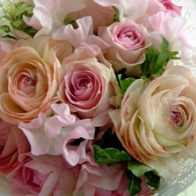 コロンとした愛らしいラナンキュラスとスイトピーを使った花束
