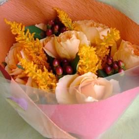 こっくりとしたオレンジの花色でまとめた花束