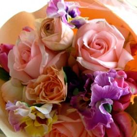 ピンク、オレンジ、パープルの花色で大人可愛い雰囲気にまとめた花束