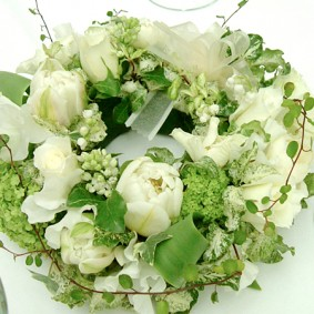 ホワイトのチューリップを使ったリース型のゲスト装花