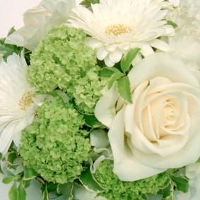 ホワイトとグリーンの爽やかな丸い形のゲスト装花