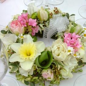 スイセンを使ったリース型のゲスト装花