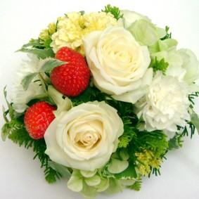 イチゴを盛りこんだ美味しそうな丸い形のゲスト装花