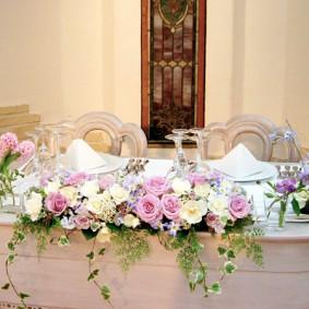 ホワイトとパープルの花色の上品な雰囲気のメイン装花