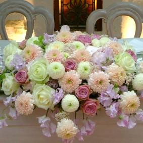 シャーベットのような色のマムを使ったメイン装花