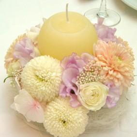 コロンとした丸いキャンドルを使ったゲスト装花