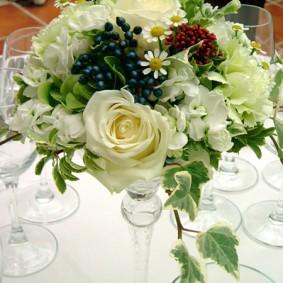 ホワイトの花色に実ものをプラスしたガラスを使ったゲスト装花